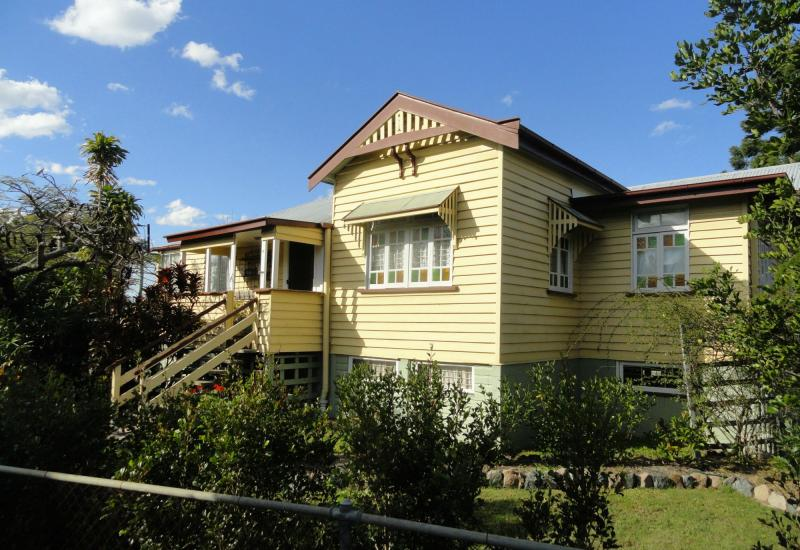 COMFY 3BED QUEENSLANDER.WALK EVERYWHERE.