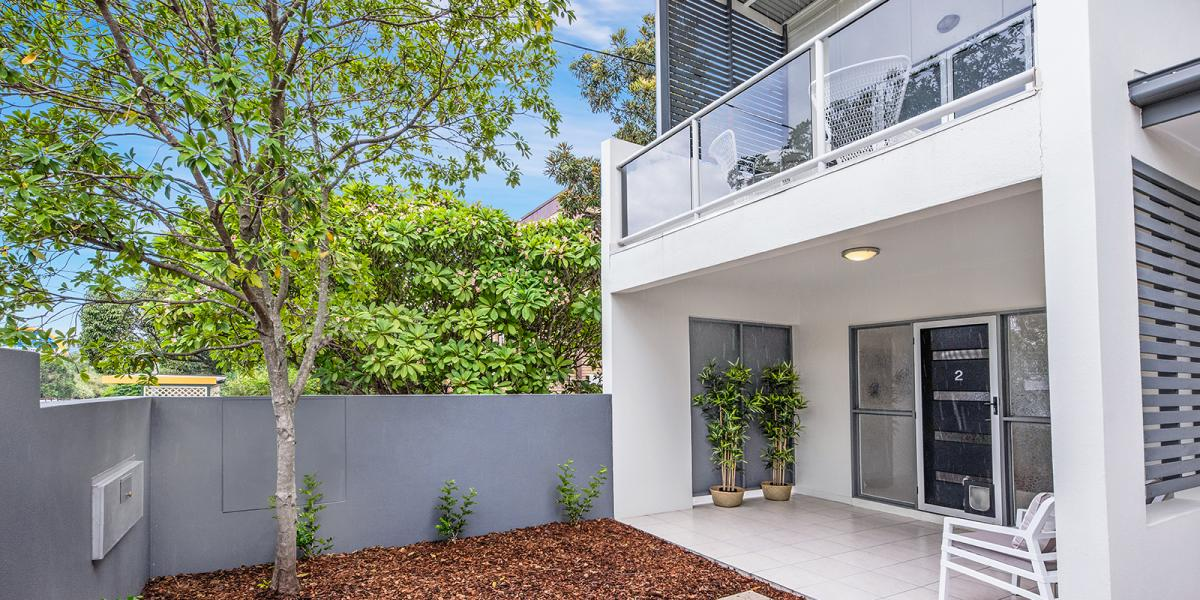 An amazing 2 level fully renovated 164m2 townhouse in a boutique complex on quiet St.