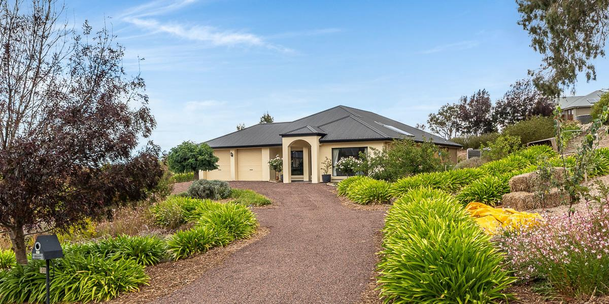 FAMILY HOME WITH LARGE ENTERTAINING AND STUNNING VIEWS!