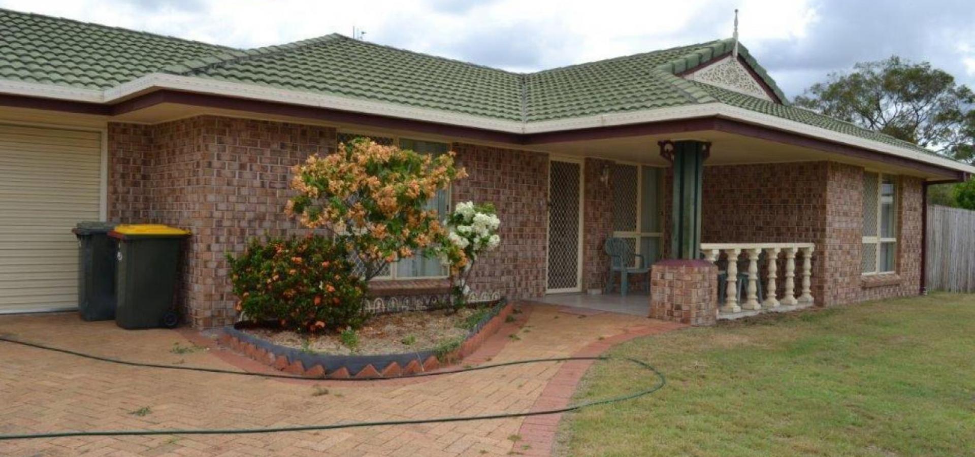 STYLISH EX-DISPLAY HOME, 3 BEDROOM BRICK AND TILE ON A LEVEL 688m2 CORNER BLOCK IN CARARA DRIVE, KAWANA