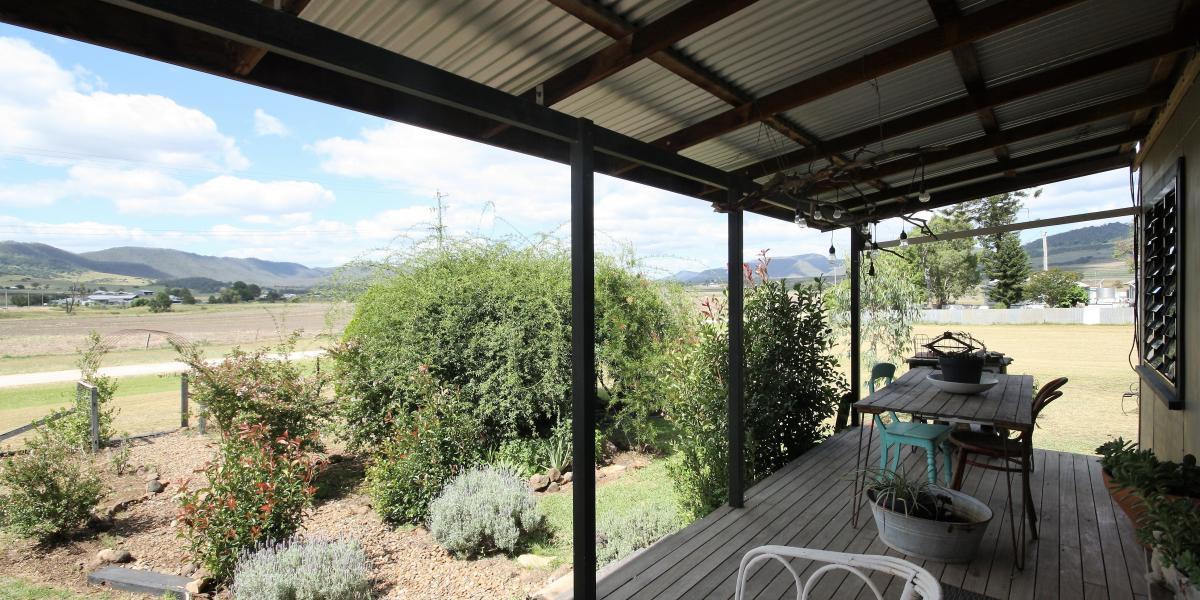 Country Cottage, Acreage & Million Dollar Views!