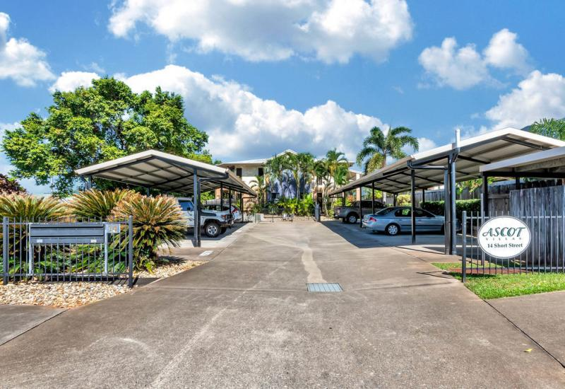 REDLYNCH - GROUND FLOOR WITH COURTYARD & LOW BODY CORPORATE LEVIES!