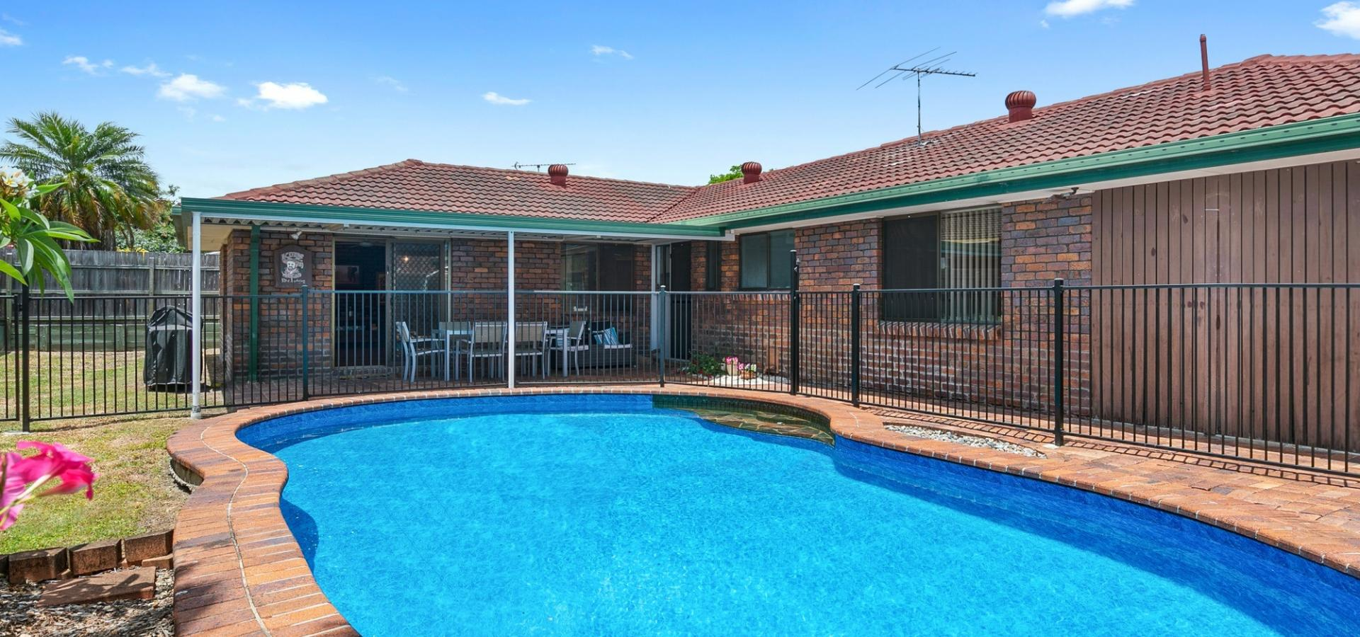 With airconditioning and a swimming pool, you will breeze through Summer
