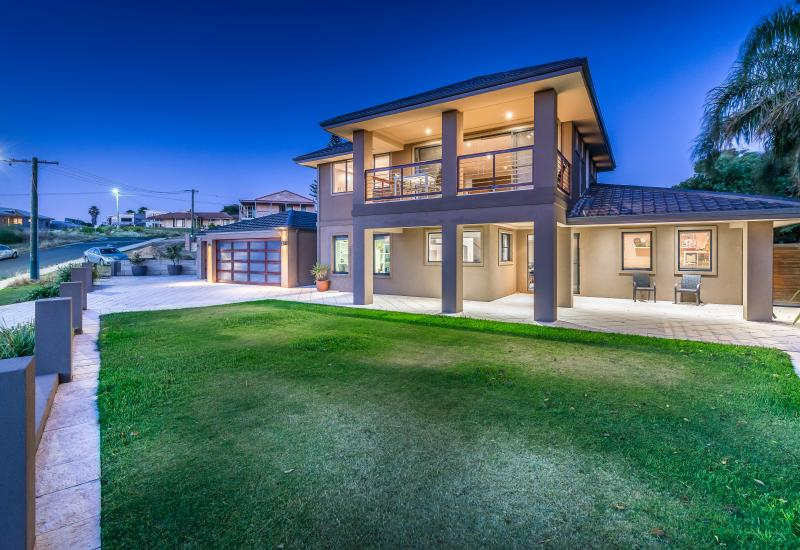 BEACHSIDE HOME IN OLD QUINNS !!