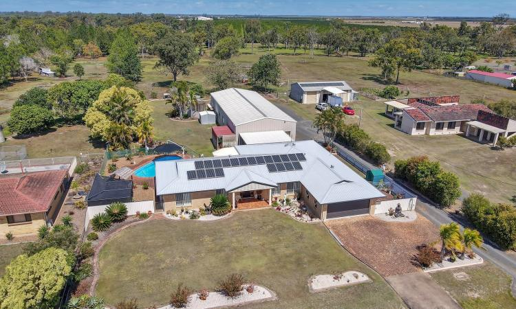 BIG HOUSE, POOL, BIG SHED, 2 ACRES, THE LOT!
