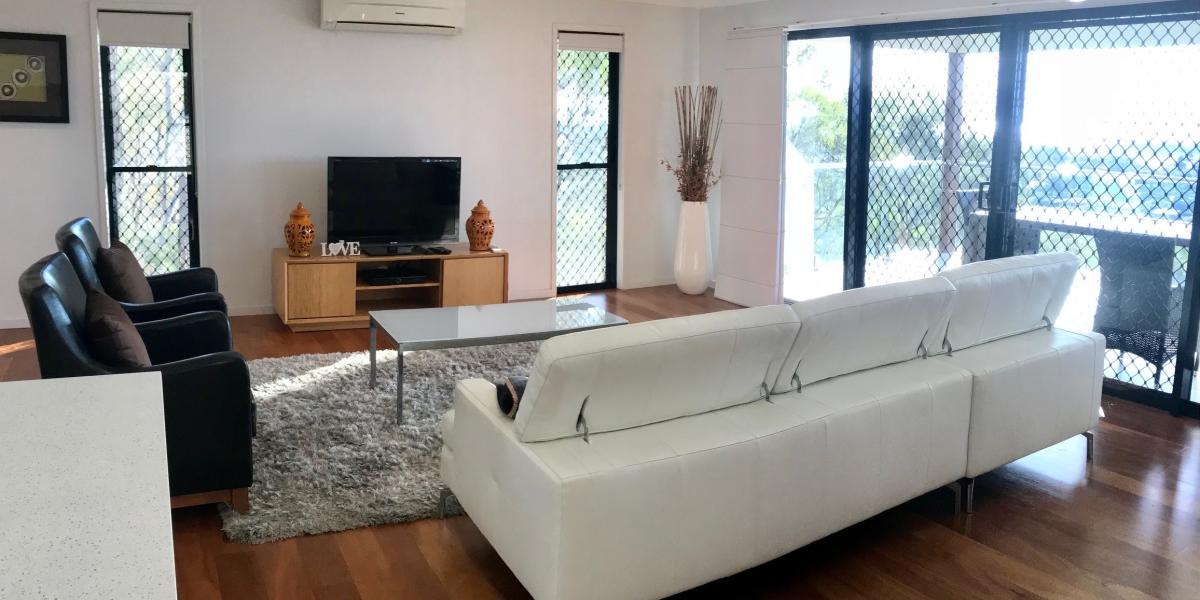 F/F SELF CONTAINED EXECUTIVE APARTMENT WITH UNSURPASSED HARBOUR VIEWS