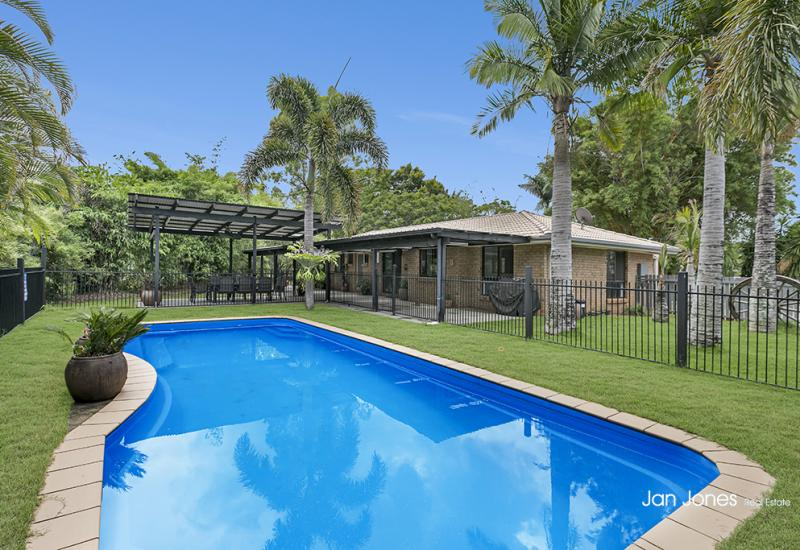 3/4 ACRE IN SOUGHT AFTER BURPENGARY MEADOWS!!