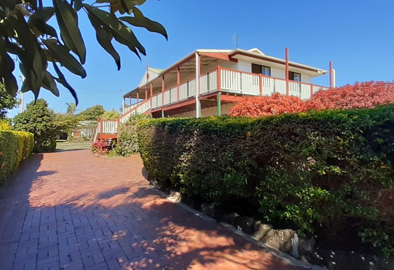 DUAL OCCUPANCY COASTAL HOME,  IN A PICTURESQUE SETTING WITH SWEEPING VIEWS!!