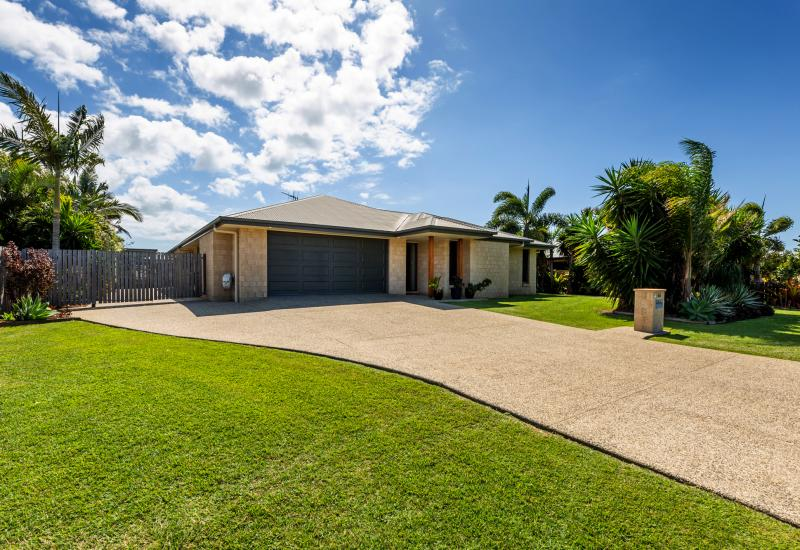 SPACIOUS FAMILY HOME + LOADS OF SHED SPACE + ABOVE GROUND POOL ALL WITHIN WALKING DISTANCE TO THE BEACH!