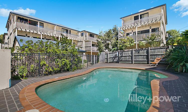 SPACIOUS TOWNHOME, POOL, IRONSIDE CATCHMENT, DOUBLE LOCK UP GARAGE