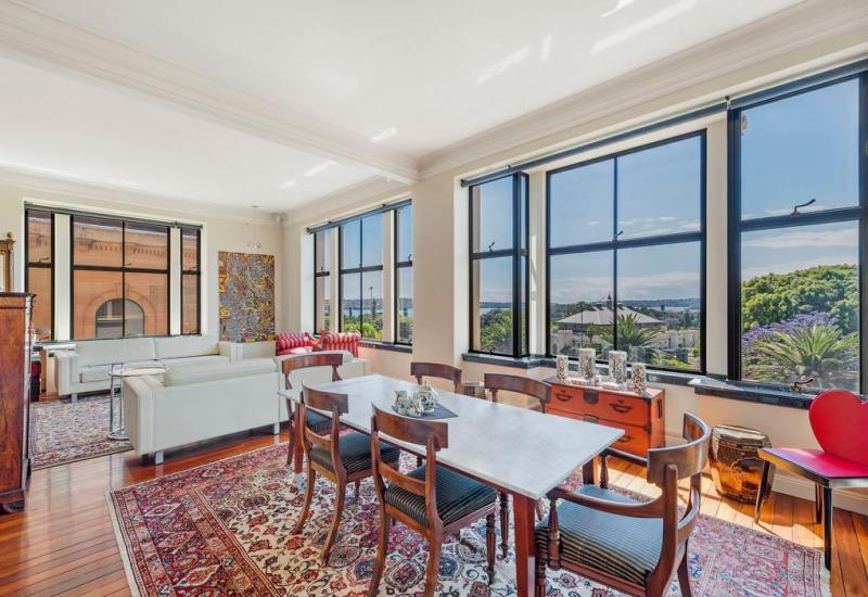 Fantastic two bedroom apartment with views of Sydney Harbour & Royal Botanic Garden