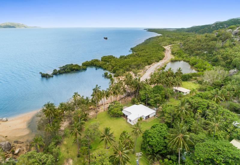 Freehold Absolute Beachfront Home on 3171m2