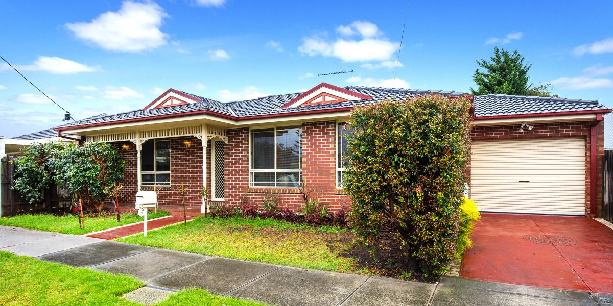 STYLISH, SPACIOUS & FULLY DETACHED!