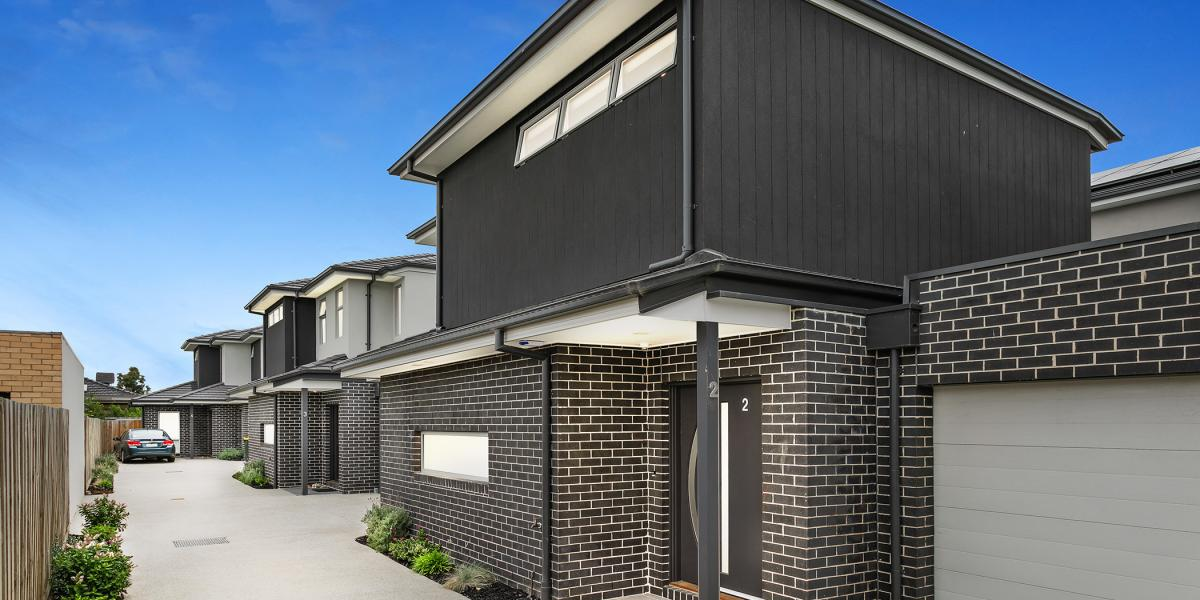 QUALITY BUILT TOWNHOUSE WITH DOUBLE GARAGE!