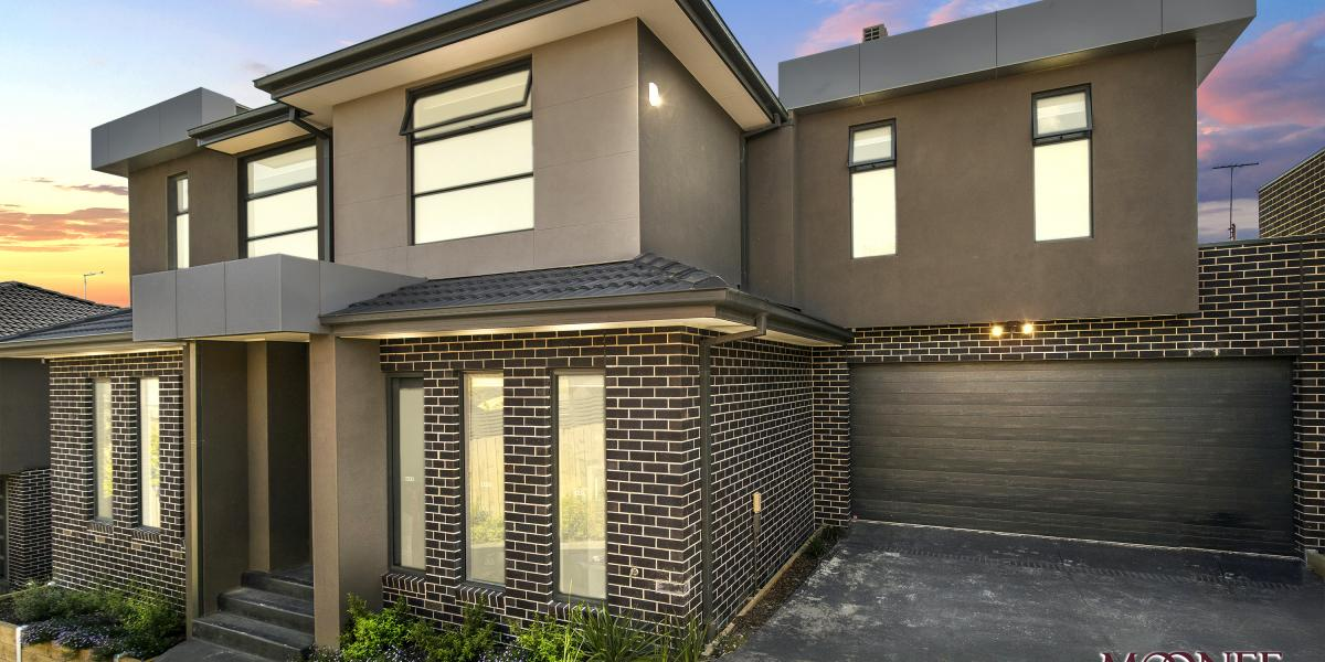 SPACIOUS FAMILY LIVING WITH DOUBLE GARAGE!