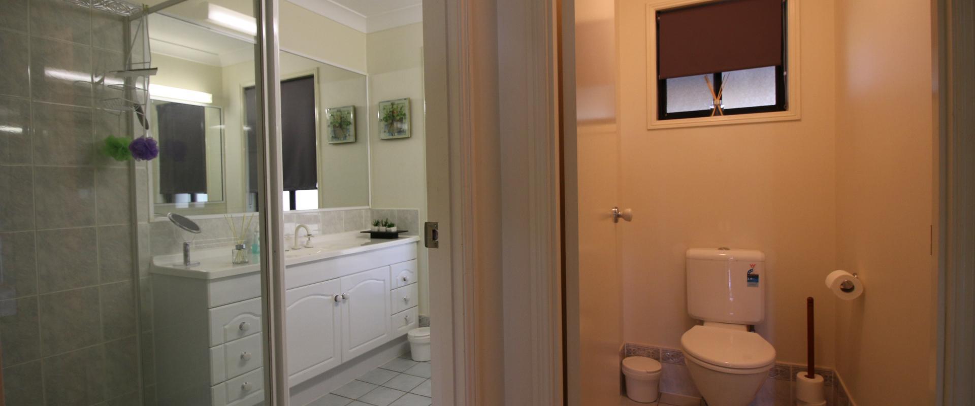 Main Bathroom & Toilet