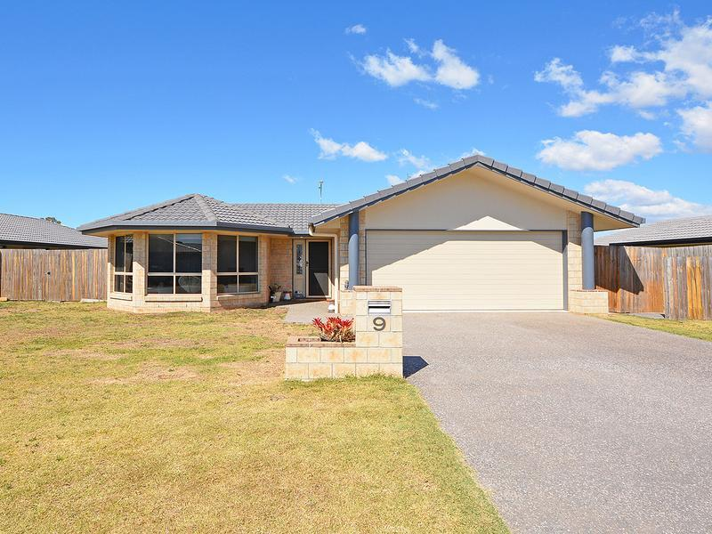 NO REAR NEIGHBOURS, SEPARATE LIVING ROOM, EXTENDED KITCHEN BENCHTOP AND CUPBOARDS, FEATURE TILED SPLASHBACK, LARGE 5 x 5.5 METRE COVERED ALFRESCO.