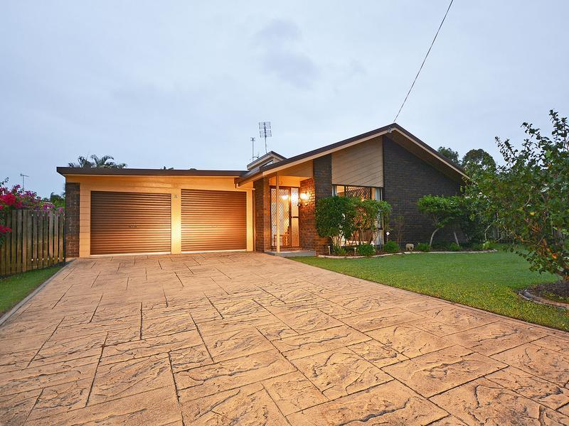 BEACH SIDE OF BOAT HARBOUR DRIVE, IDEAL CENTRAL CONVENIENT LOCATION, INDIVIDUAL STUNNING UPDATED FAMILY HOME WITH VAULTED CEILING AND A LARGE ALFRESCO