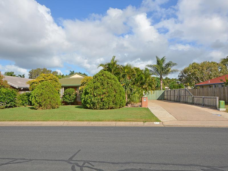 LARGE 950 SQM YARD, 13 METRE ENTERTAINMENT AREA, MASSIVE LIVING ROOM, NO REAR NEIGHBOURS, CENTRAL LOCATION, SHORT DRIVE TO STOCKLAND SHOPPING CENTRE.