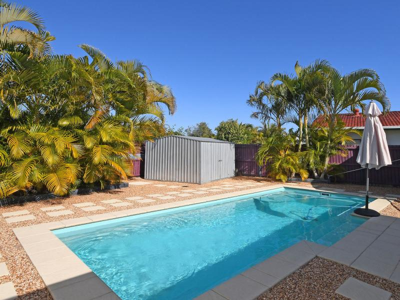 CLOSE TO THE GOLF COURSE, IMMACULATE SPACIOUS FAMILY HOME, 25 SOLAR PANELS, SPARKLING MAGNESIUM SWIMMING POOL, 7 x 4 WORKSHOP SHED, 7.4 x 4 SHADE SHED