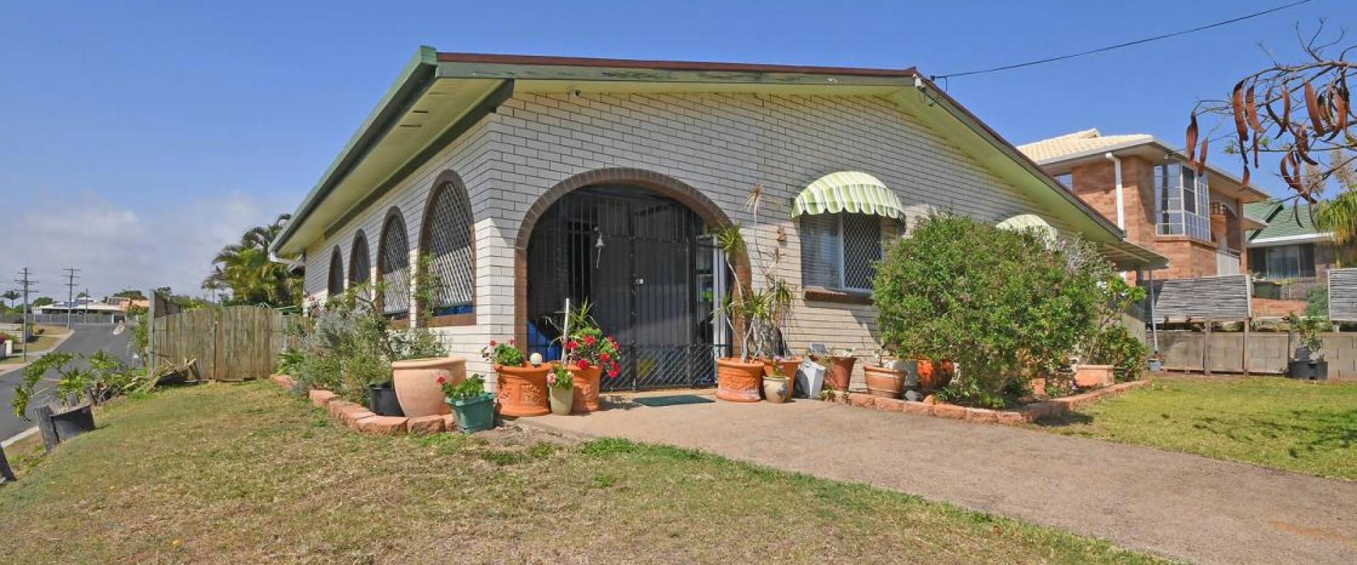 CENTRAL LOCATION CLOSE TO THE STOCKLAND SHOPPING CENTRE, SWIMMING POOL, 6 SOLAR PANELS, WORKSHOP SHED, VEHICLE PORT IDEAL FIRST TIME BUY OR INVESTMENT