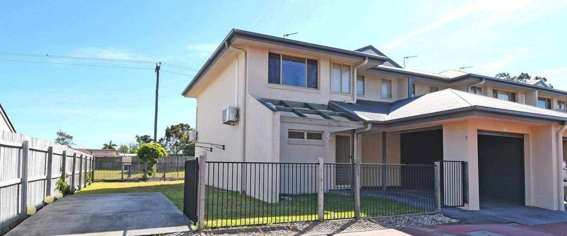 INVEST - ADJACENT THE HERVEY BAY GOLF AND COUNTRY CLUB, ACROSS THE ROAD FROM THE ELI WATERS SHOPPING CENTRE, SPACIOUS UNIT ADDITIONAL SIDE CAR PARKING
