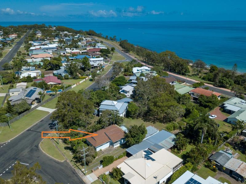 FUTURE KNOCK DOWN AND RE BUILD YOUR STUNNING ARCHITECTURAL COASTAL FAMILY HOME, SOUGHT AFTER LOCATION, TOP OF THE PENINSULAR GREAT LAND SIZE 1077 SQM