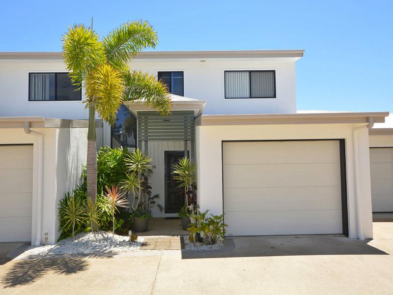 IMMACULATE SPACIOUS TOWNHOUSE WITHIN WALKING DISTANCE TO THE BEACH, THE MARINA AND THE BOAT CLUB, THE URANGAN SHOPPING CENTRE IS A SHORT DISTANCE AWAY