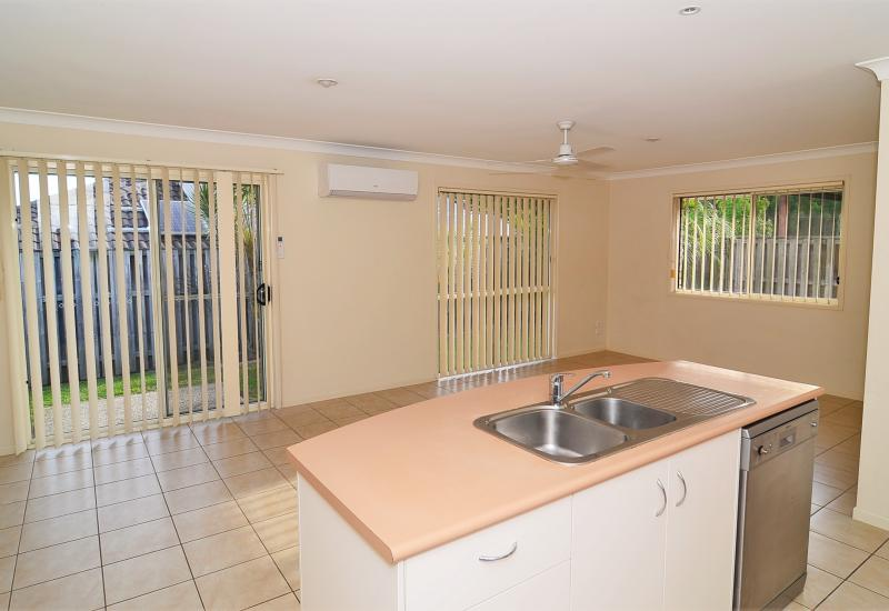 Upper Coomera Rental - 3 brm/2 bath/2LU/fenced - Brand New Carpet and air conditioner