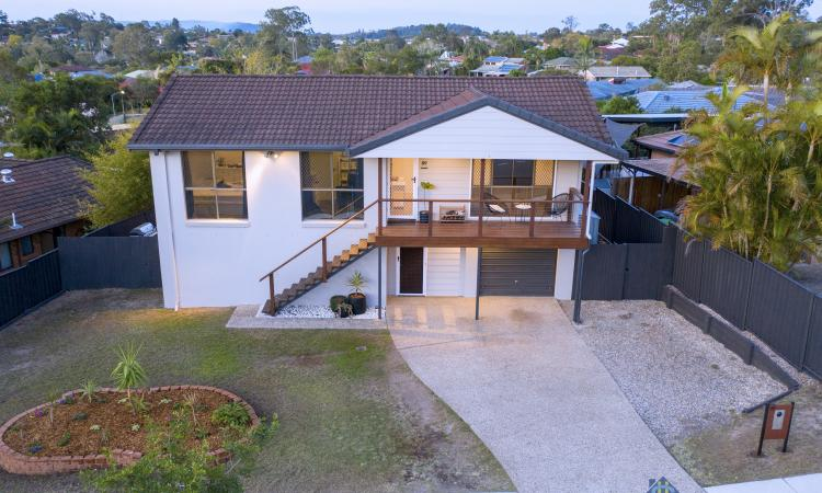 Dual Living with Huge Decks and Views to Mt Coot-tha