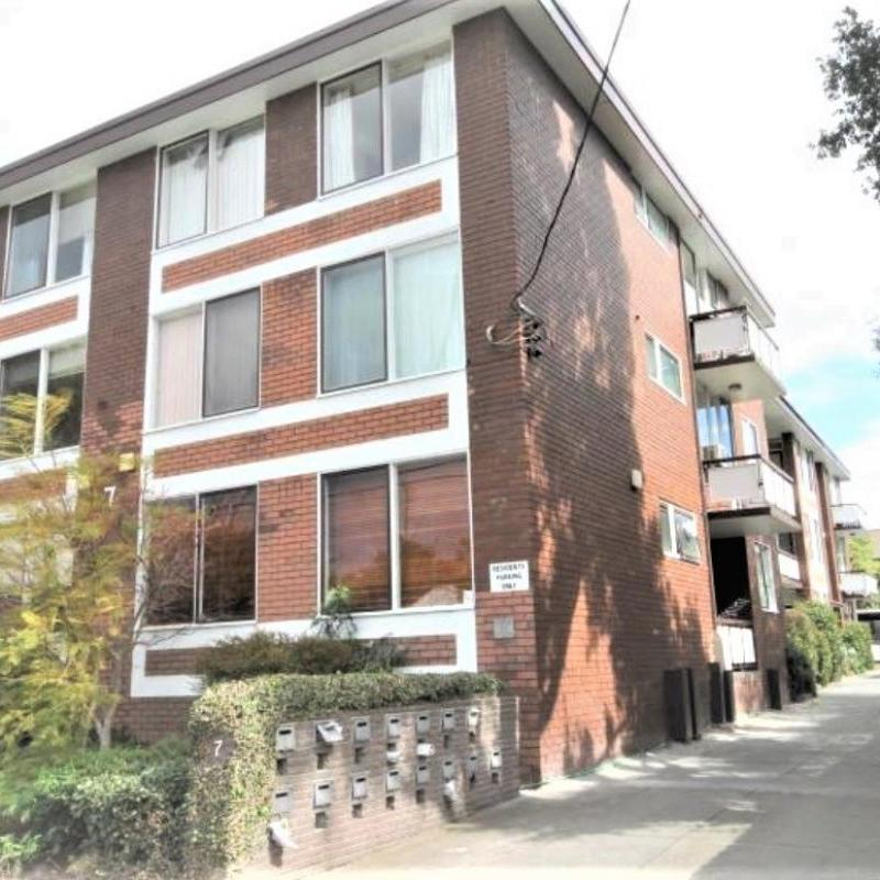Fully renovated & spacious 2 bedroom apartment in sought after Armadale location