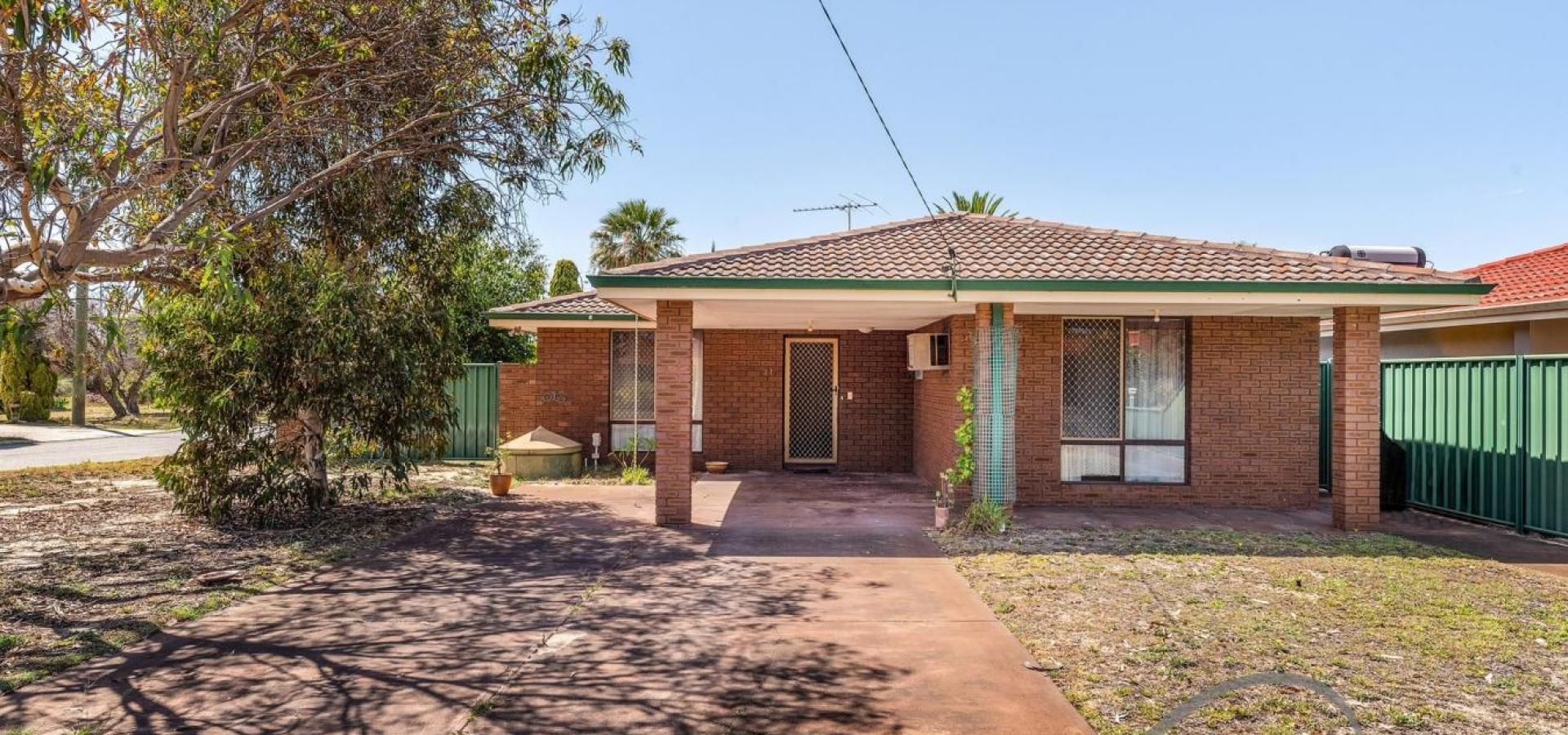 GREEN TITLE FAMILY HOME CLOSE TO SCHOOLS!!