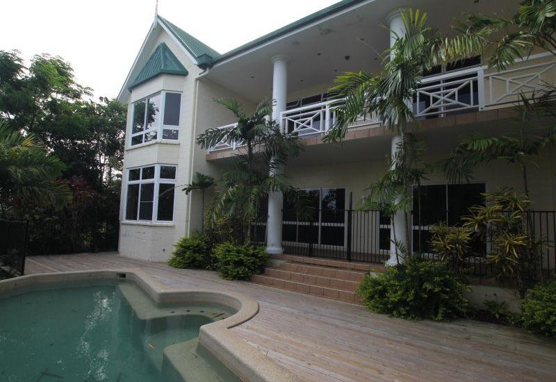 Coral Sea views from Large Family Home !