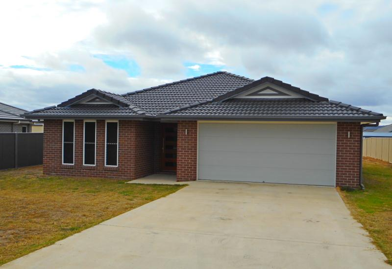 Near New 4 Bedroom 3 Bathroom Brick & Tile Home