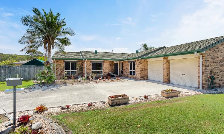 SPACIOUS AND WELL MAINTAINED SANDSTONE POINT RESIDENCE – GET IN QUICK!