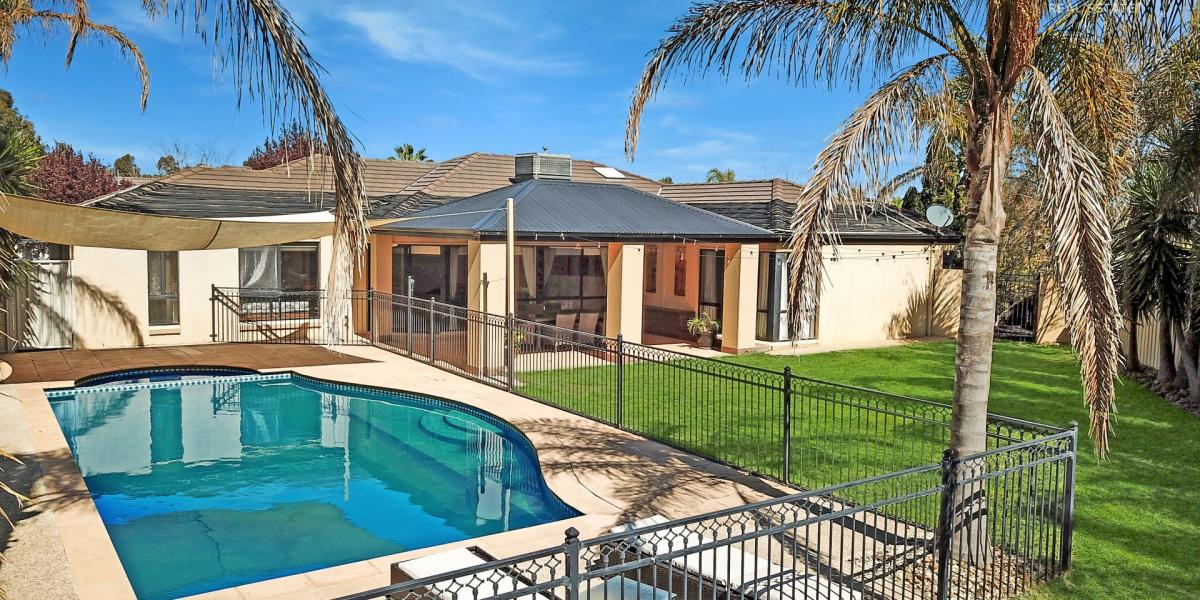 Relax by the Pool - Quiet Court adjoining Reserve